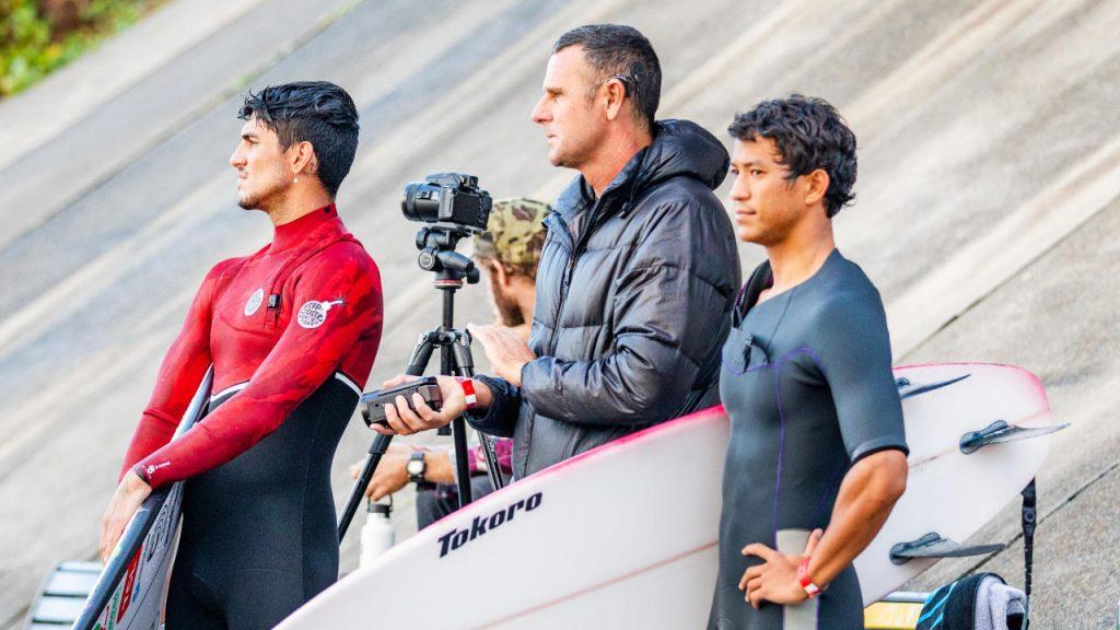 Gabriel Medina durante os treinos para a Newcastle Cup, junto com Andy King (ao centro), que também estava orientando o havaiano Seth Moniz (à direita).