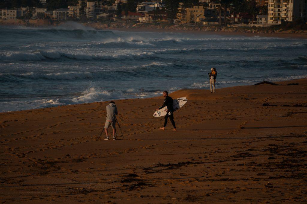 O Narrabeen Classic está paralisado devido ao passeio de um tubarão próximo dos surfistas no lineup.