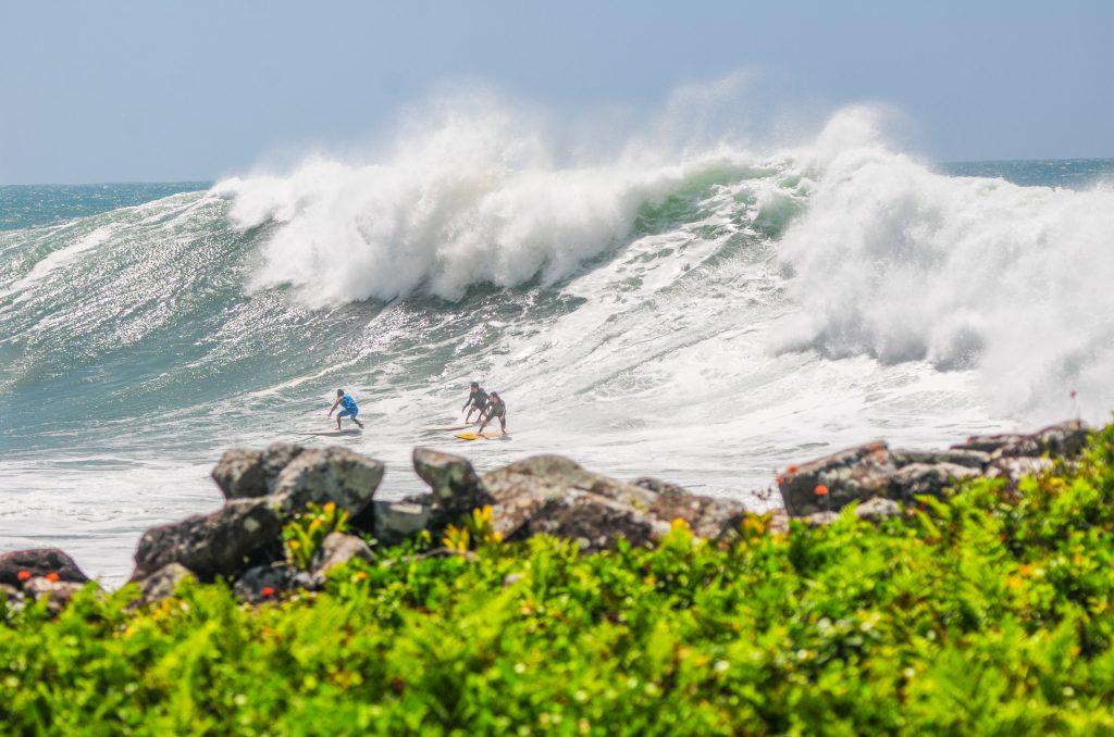 Swell histórico na Praia da Silveira (SC) rendeu grandes imagens.