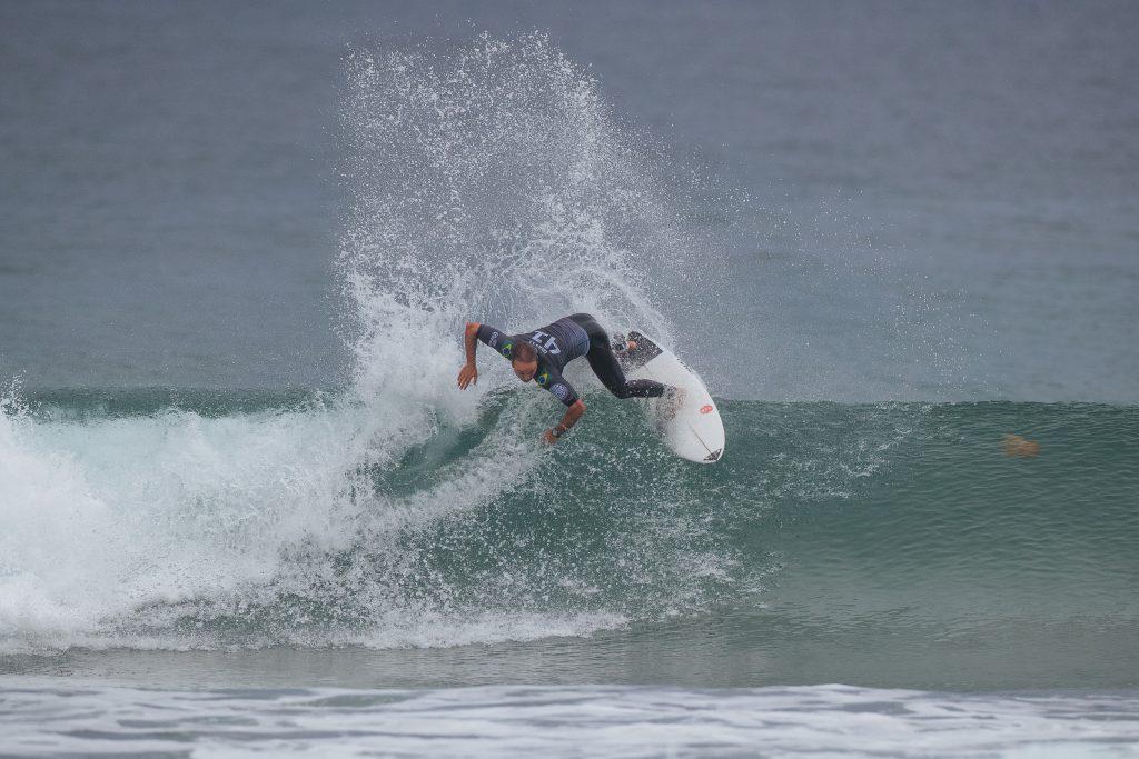 Caio Ibelli não acha as ondas e cai para a repescagem.