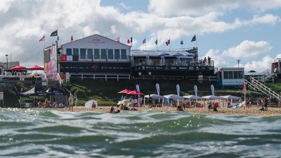 Merewether Beach amanhece com poucas ondas nesta sexta-feira australiana.