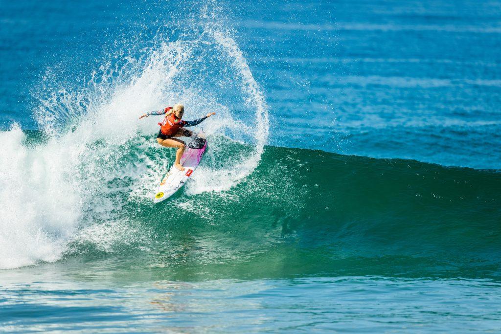 Tatiana Weston-Webb ataca a esquerda com um surfe potente e avança no Narrabeen Classic.