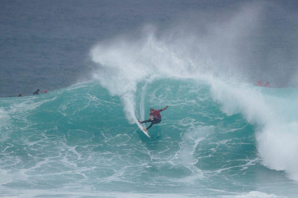 John John Florence crava a borda na água e mostra porque é um dos favoritos para vencer a etapa.