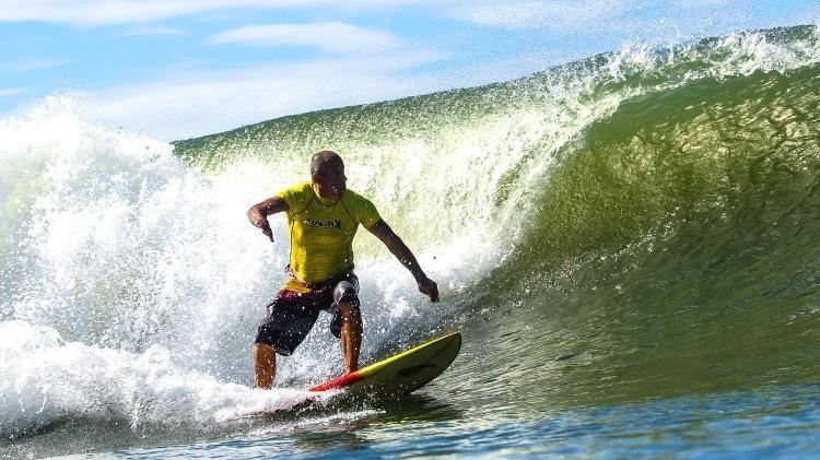 Moscão é surfista e dono de uma pousada em Santa Catarina.