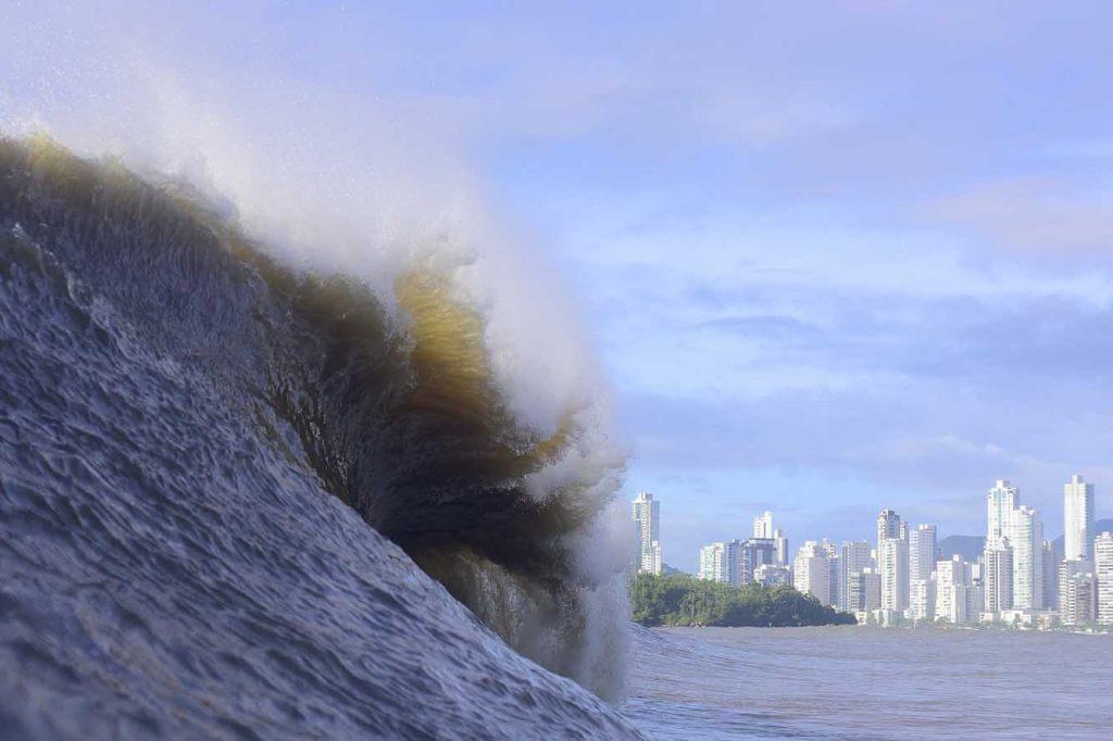 Parcel de Balneário Camboriú mostra a sua força durante big swell em Santa Catarina.