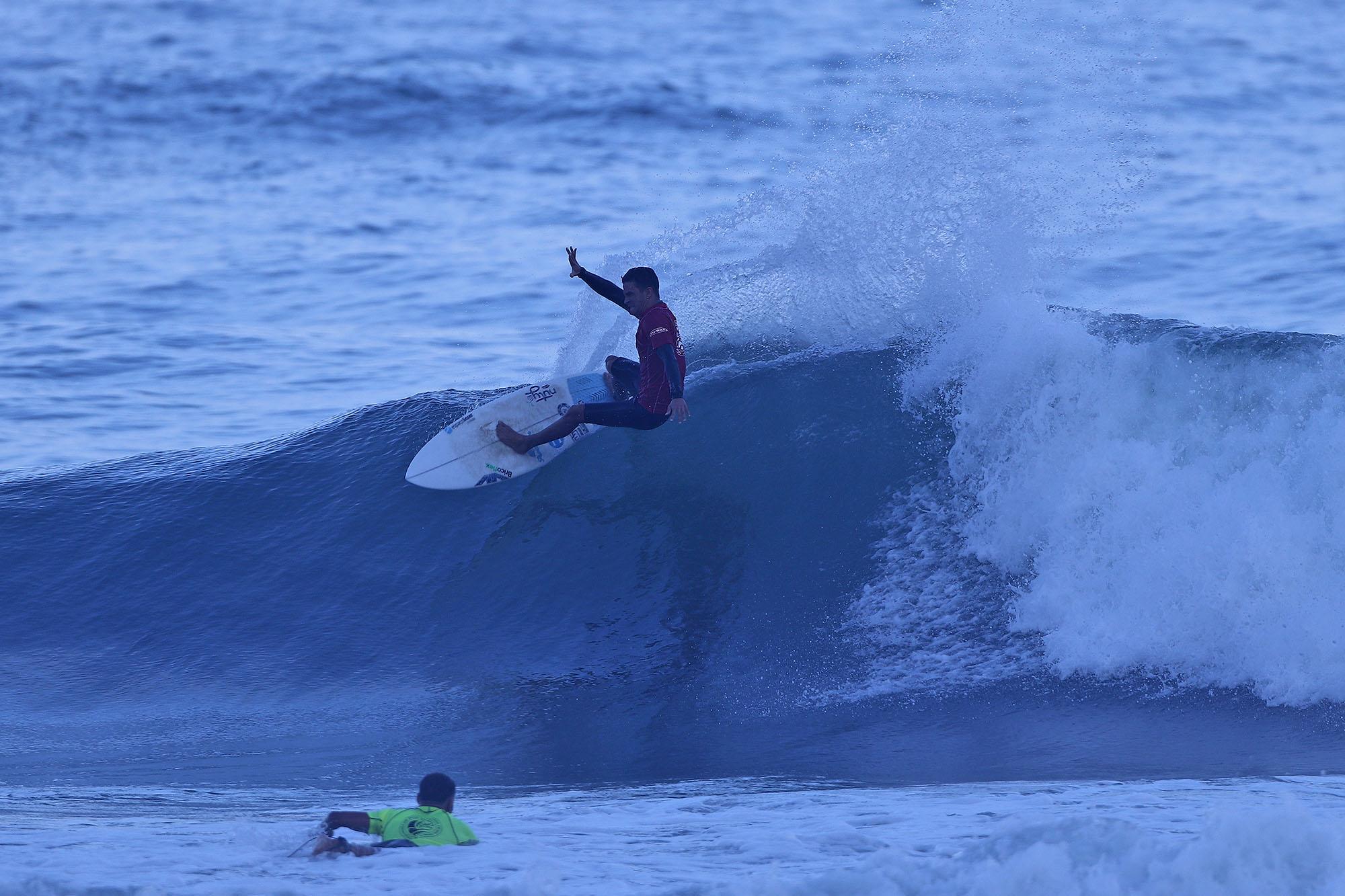 Caio Costa é campeão na Sub 18 e tem melhor onda do evento.