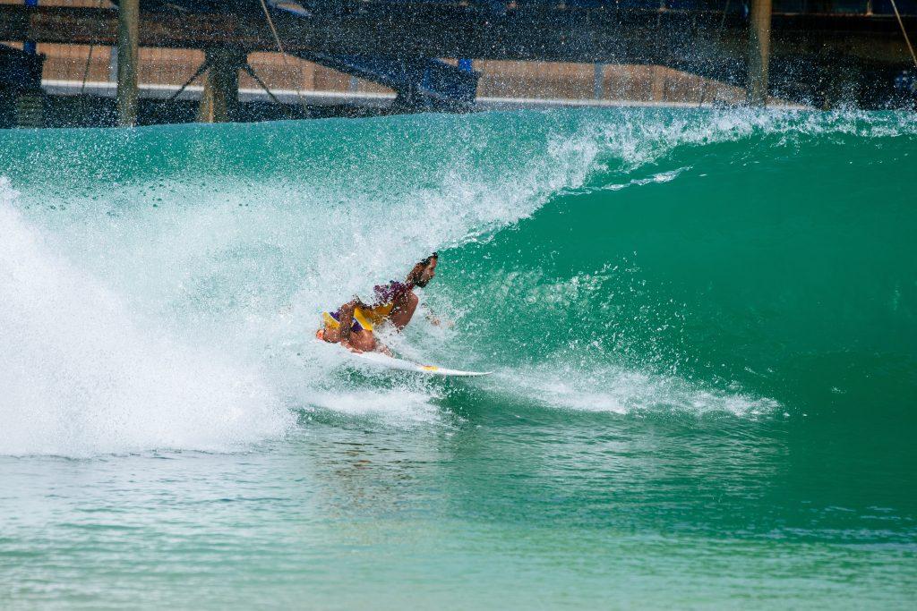 Adriano de Souza é um dos quatro brasileiros classificados para as semifinais do Surf Ranch Pro.