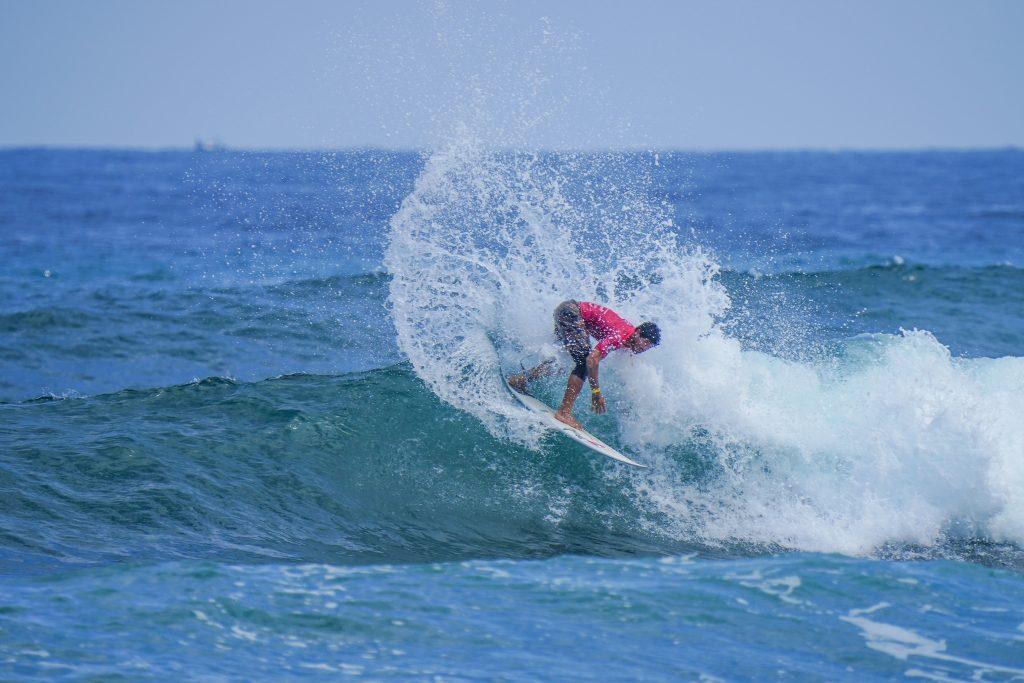 Jonathan Zambrano apresenta um potente surfe de backside.