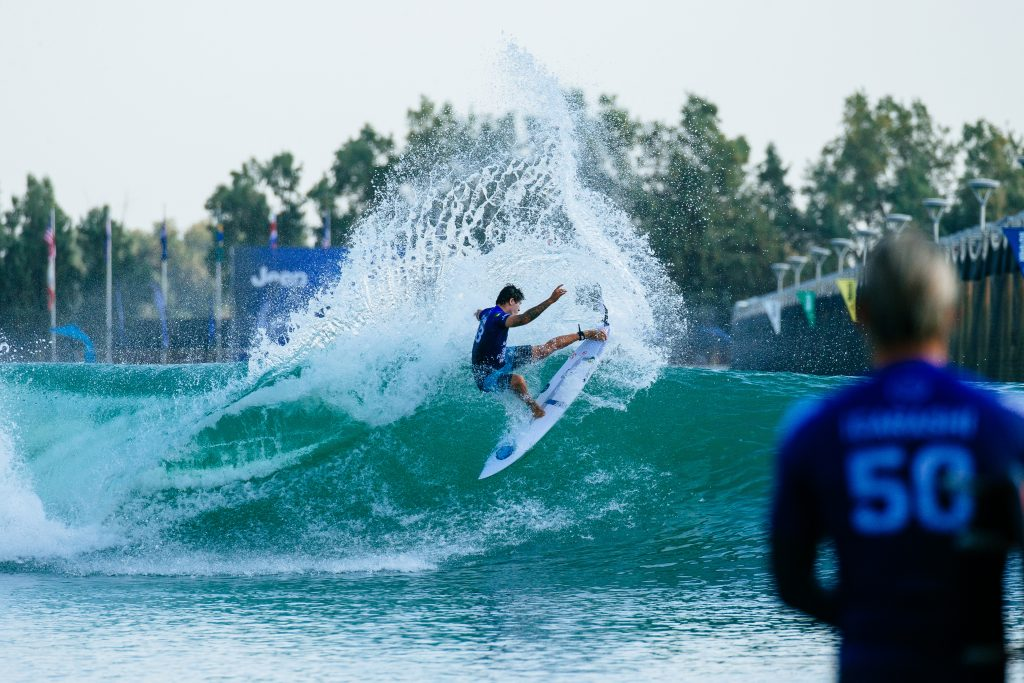 Miguel Pupo garante vaga na segunda fase do Surf Ranch Pro.
