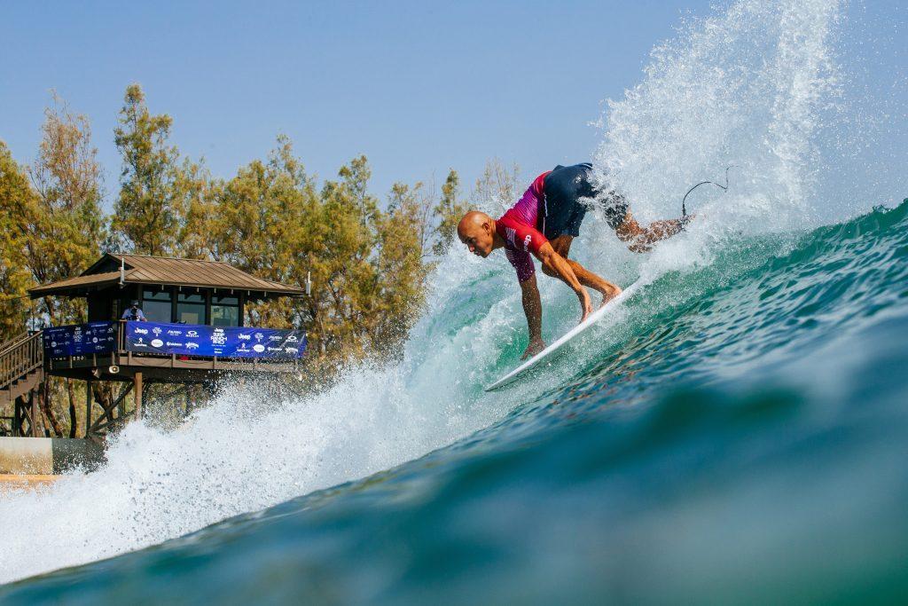 Kelly Slater completa três de quatro ondas e garante vaga na segunda fase do Surf Ranch Pro.