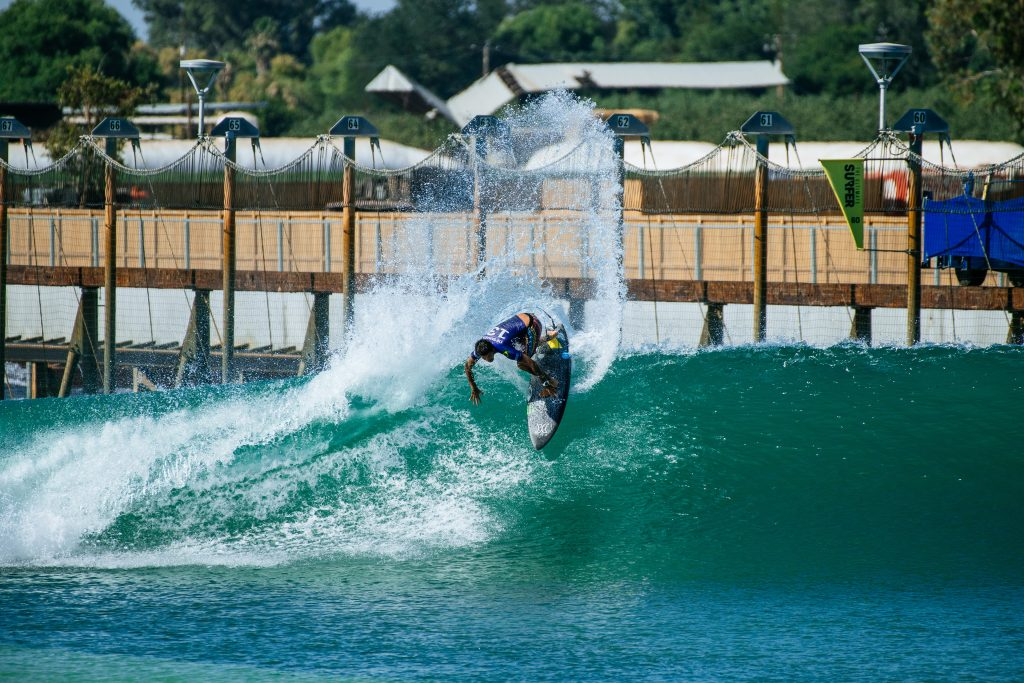 Filipe Toledo fatia a esquerda do Surf Ranch no caminho para a vitória.