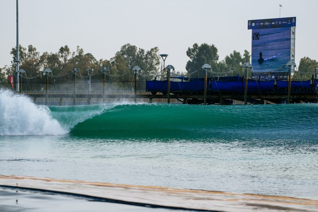 Piscina de ondas perfeitas de Kelly Slater sempre pronta para receber os melhores surfistas do mundo.em Lemoore, Califórnia (EUA).