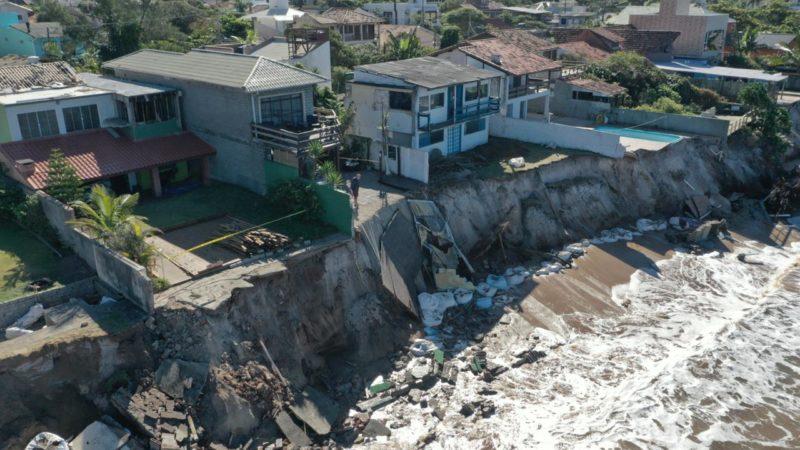 Quatorze casas foram atingidas anteontem (8) pela ressaca do mar.