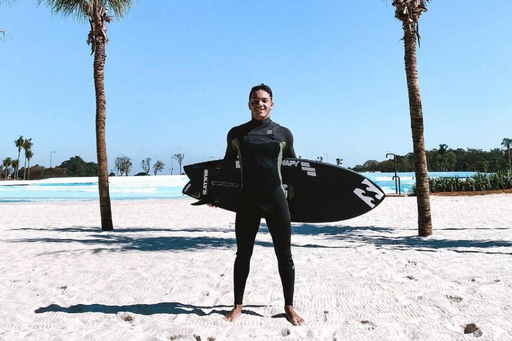 Lucas Vicente treina na Praia da Grama, em Itupeva (SP), antes de embarcar aos EUA.
