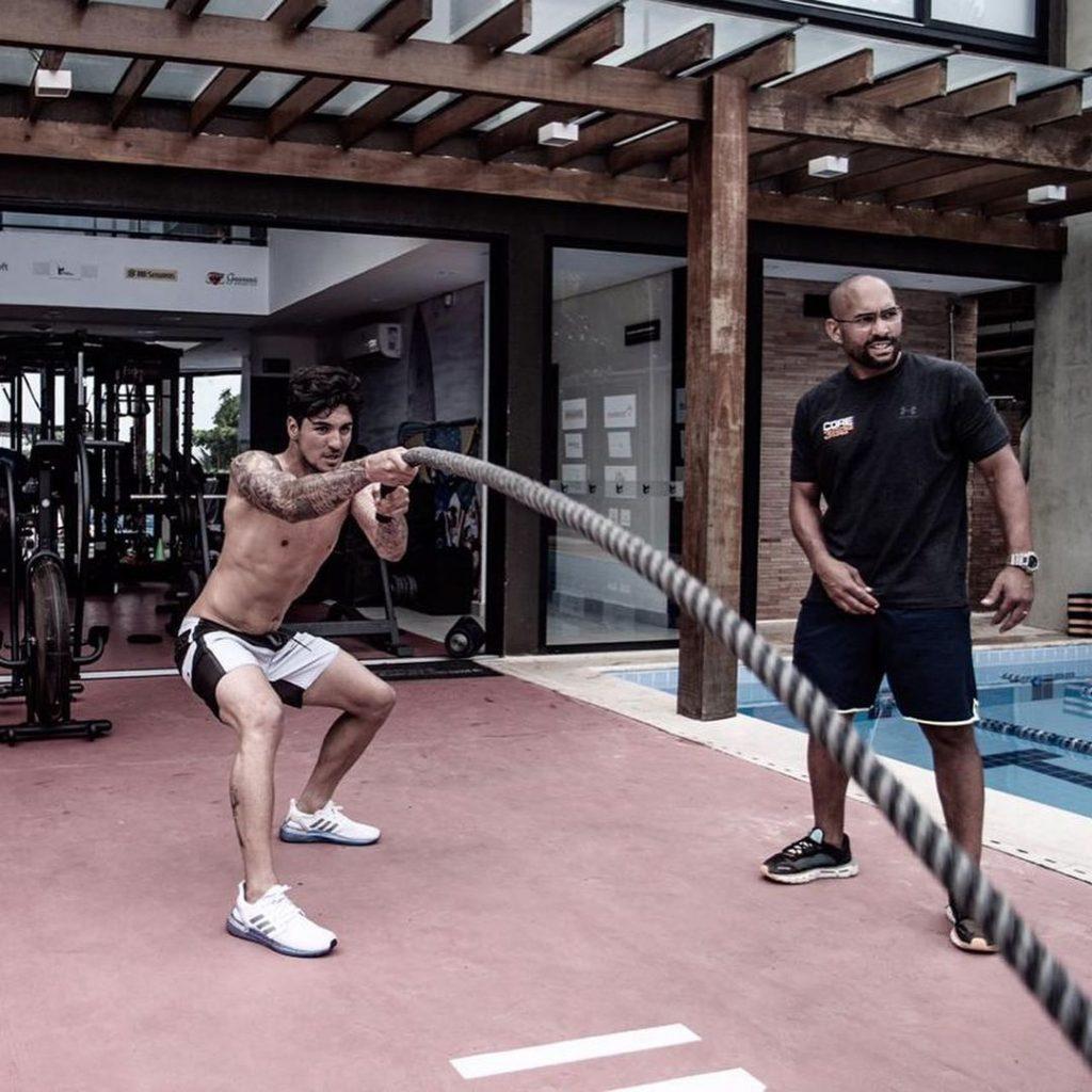 Gabriel Medina há muito anos investe pesado nas rotinas de treino fora d'água, junto com o seu preparador físico Allan Menache.