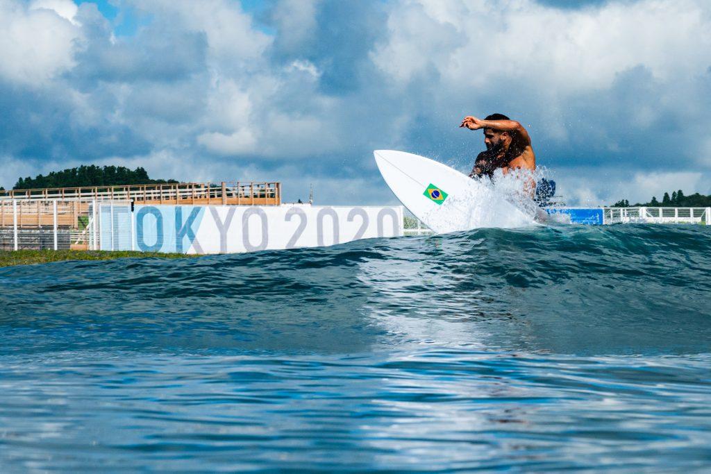 Italo Ferreira faz o reconhecimento da arena escolhida para o surfe nas Olimpíadas.