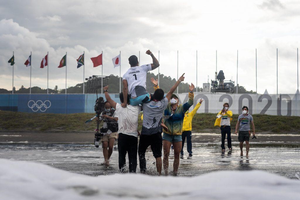 Brasil garante primeiro ouro olímpico do surfe.
