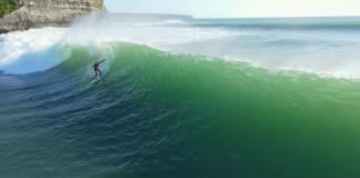 Tipe Saboya flutua em Bali