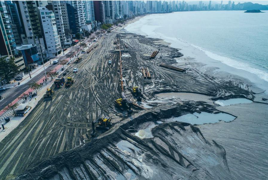 Obra de alargamento da faixa de areia na principal praia de Balneário Camboriú, a Praia Central.