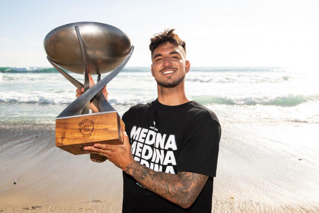 Gabriel Medina realiza o antigo sonho dos três títulos mundiais.