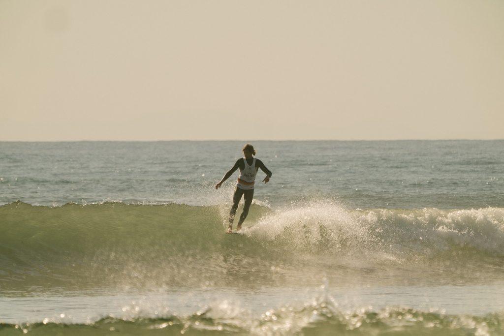 Joel Tudor parte para o hang five nas ondas de Malibu.