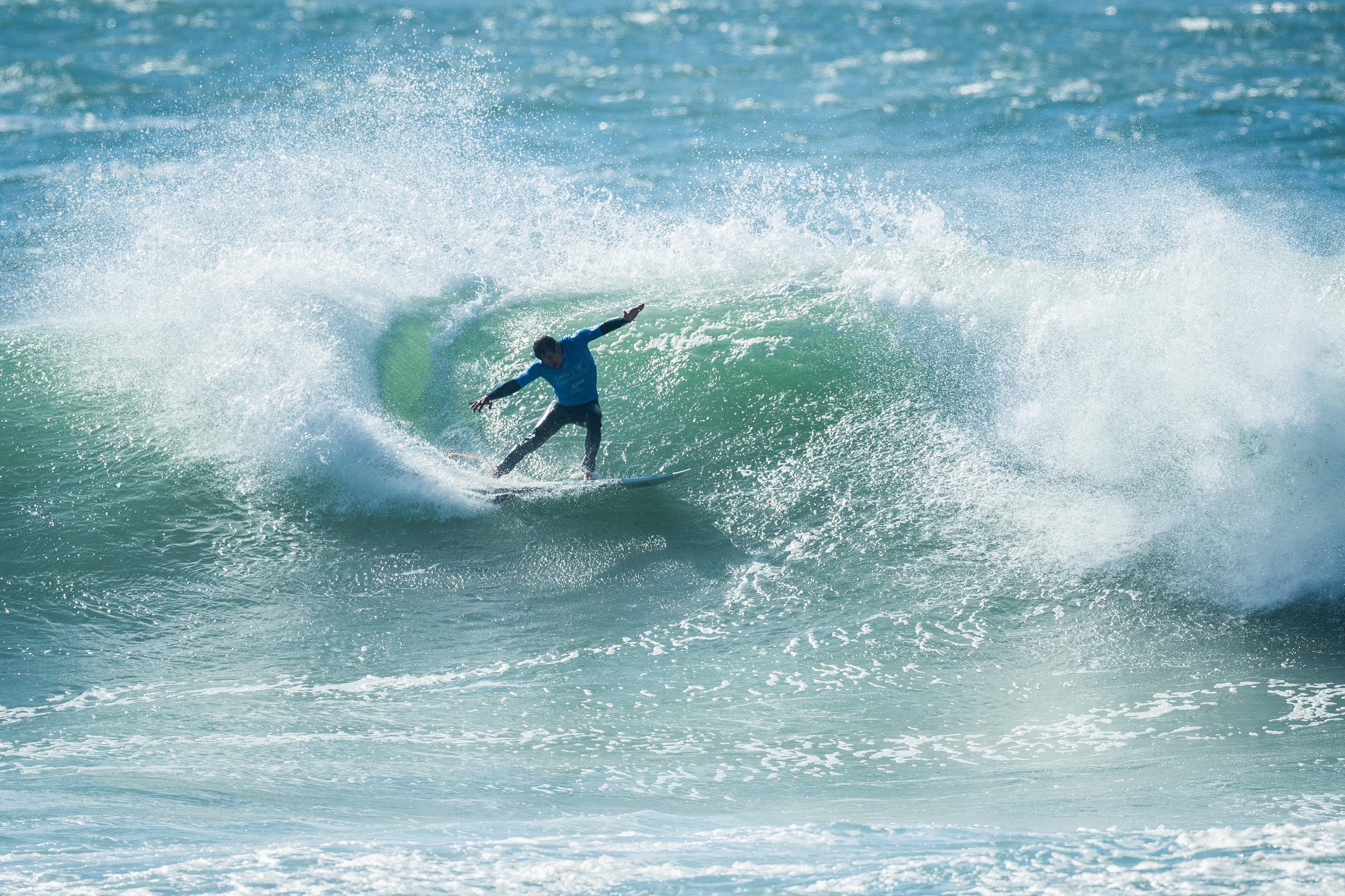 Thiago Camarão não acha ondas com parede em pé e se despede da competição.