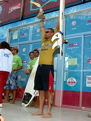 Léo Neves - SuperSurf Ubatuba 2003. Foto: Ricardo Macario.