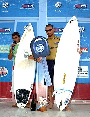 Léo Neves e Flávio Costa - SuperSurf Ubatuba 2003. Foto: Nilton Santos.