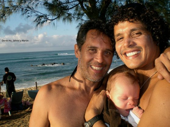 Martin Pelusa Sanches, su hijo Jahriel y Derek Ho, North Sore de Oahu, Hawaii. Foto: Archivo Personal.