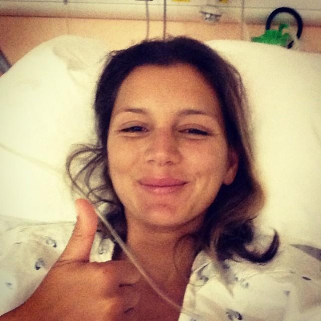 Maya Gabeira durante a recuperação do acidente em 2013.