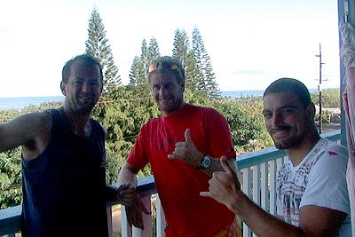 Johnny Lopes, Guilherme Herdy e Léo Neves no QG brazuca em Oahu. Foto: Daniel Coelho.