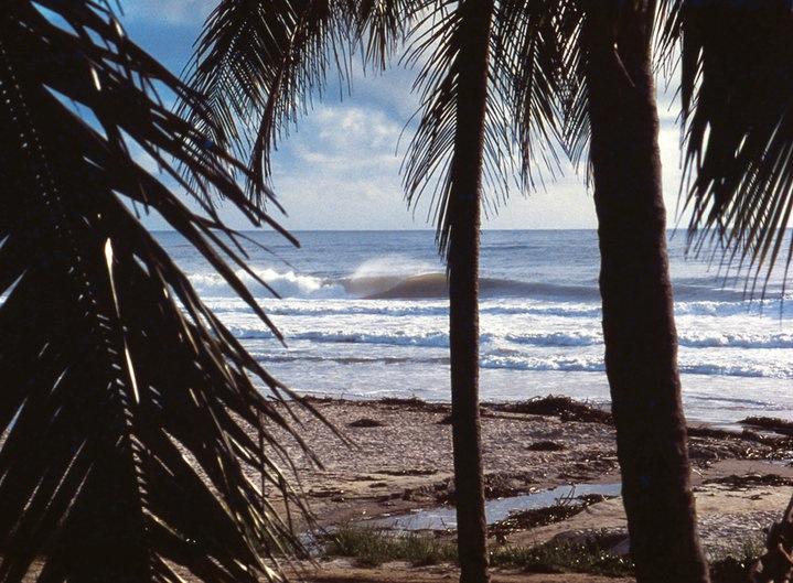 Imagem registrada na Tiririca, num inverno de muito swell e altos tubos, em 1980. Detalhe: praia vazia. Itacaré (BA). Foto: Gabriel Angi / Surf Van.