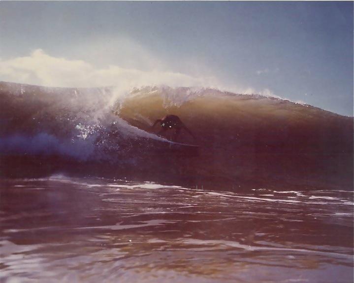 Bruno Alves fotografado de um ângulo inusitado para a época. Itacaré (BA), inverno de 1980. Itacaré (BA). Foto: Gabriel Angi / Surf Van.