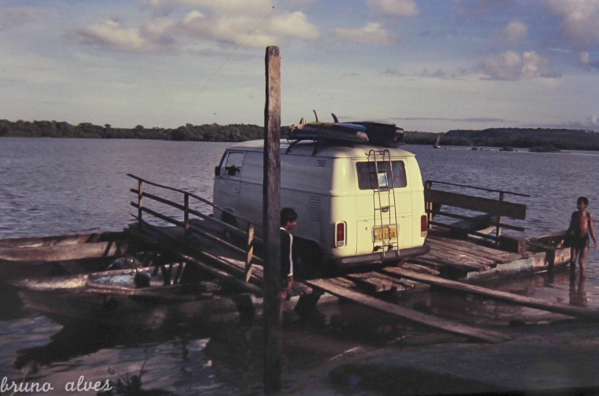 Ao sul de Itacaré, rumo a Trancoso, em 1979, balsa rústica em canoas. Itacaré (BA)