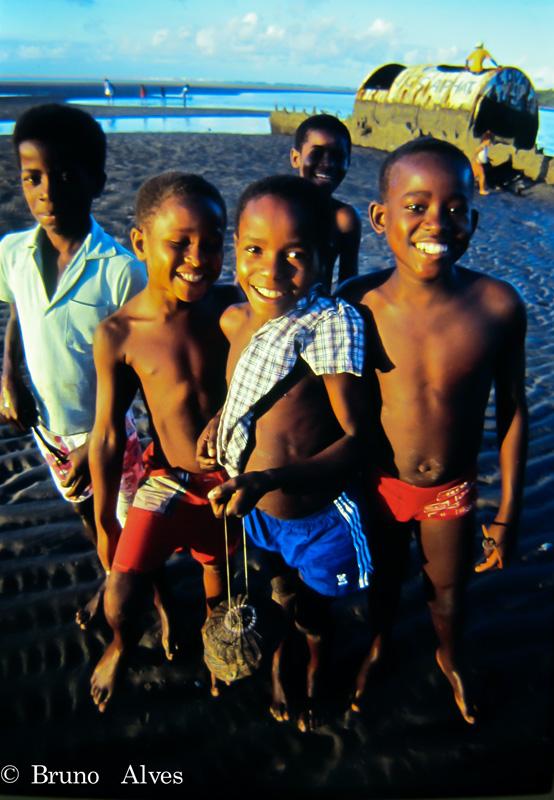 Crianças nativas no rio das contas de frente à cidadezinha. Itacaré (BA)