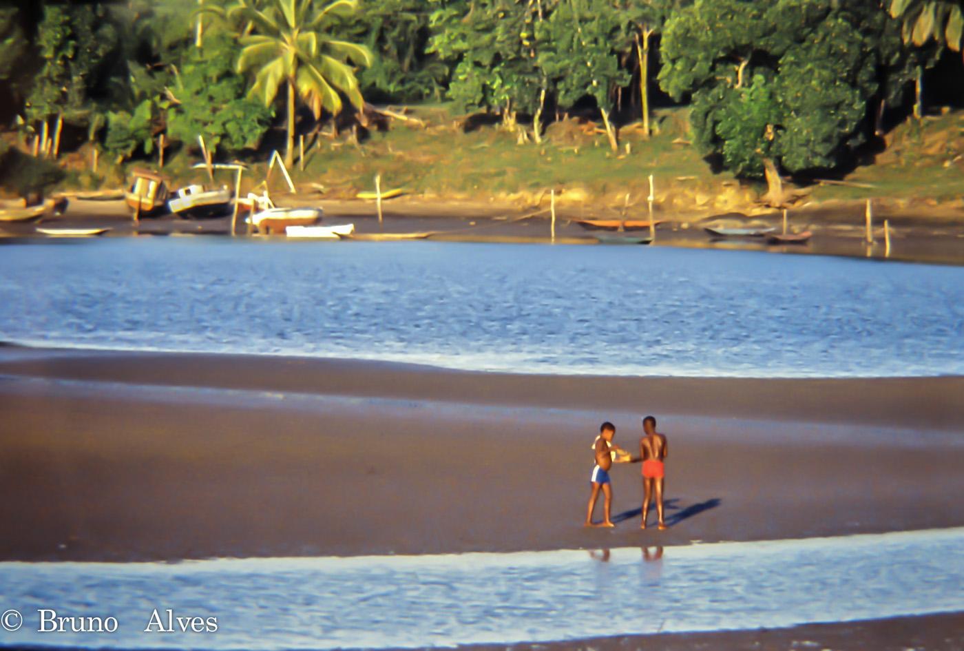 Na maré baixa e final de tarde, o rio de Contas era o local dos acontecimentos nos ano 70. Itacaré (BA)