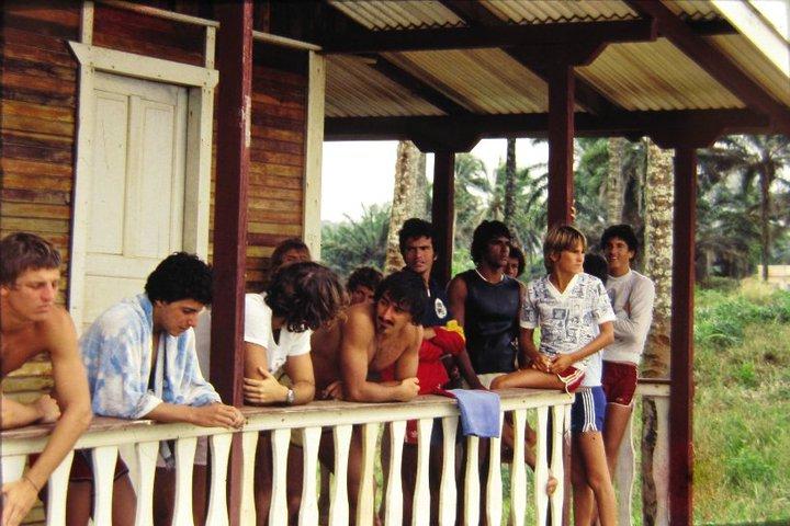Com amigos locais e paulistas na praia do Norte, em 1979. Itacaré ainda era um secret. Itacaré (BA)