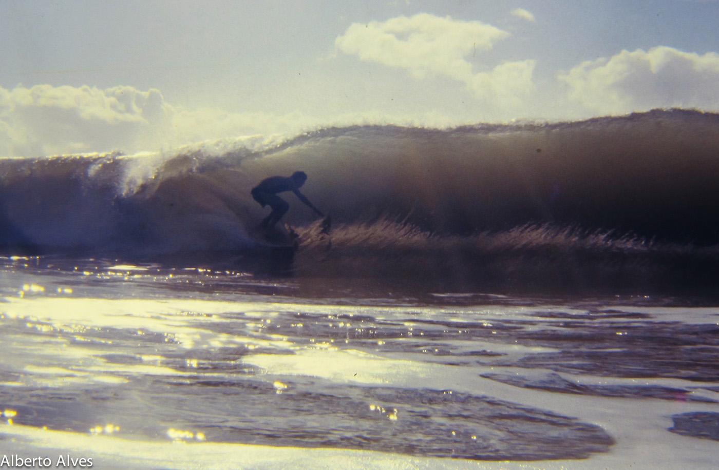 Bruno Alves entocado na praia da Tiririca inverno de 80. Foto: Alberto Alves Itacaré (BA)