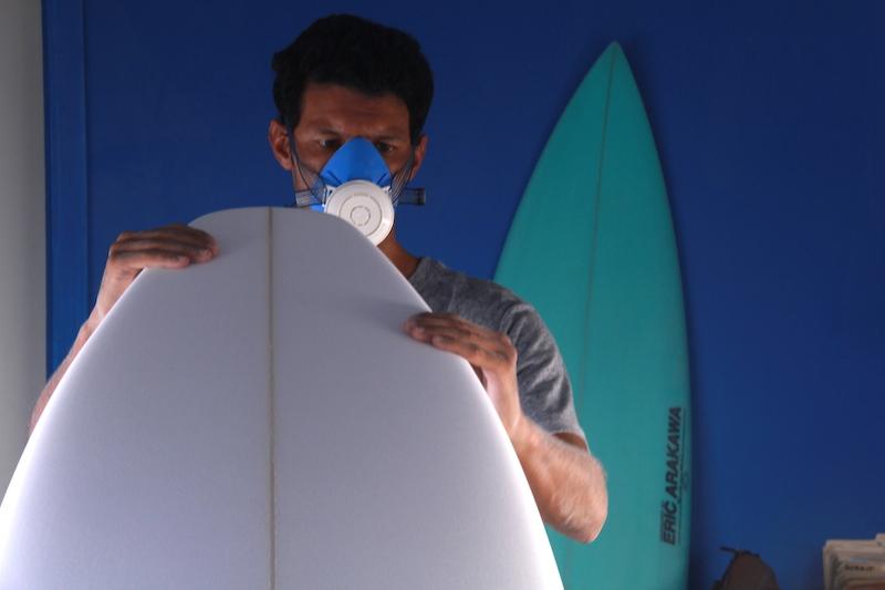 Eric Arakawa recebe seu back shaper brasileiro em sua fábrica no Havaí