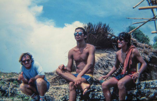 Oscar Janequine, aussie e Alberto Alves no cliff de Uluwatu, Indonésia