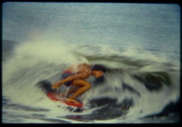 Alberto Alves surfando um beach break próximo a Sanur, Indonésia