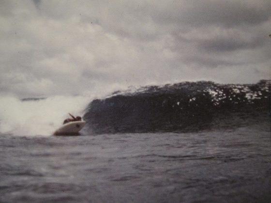 Alberto Alves virando forte em Nusa Doa, Indonésia