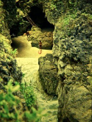 A caverna de Uluwatu com sua escada de bambú: Alberto e Brad, Indonésia