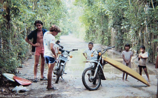 Roubadinha a caminho de Uluwatu: Bruno e Brad, Indonésia. Foto: Gabriel Angi / Surf Van.
