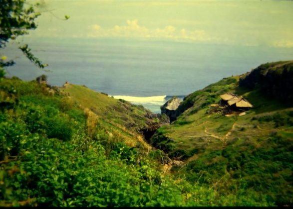 Uluwatu com apenas 2 warungs, Indonésia. Foto: Gabriel Angi / Surf Van.