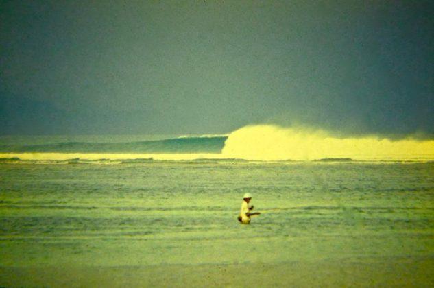 Siri Lanka, ao lado de Nusa Doa, num dia clássico, Indonésia. Foto: Gabriel Angi / Surf Van.