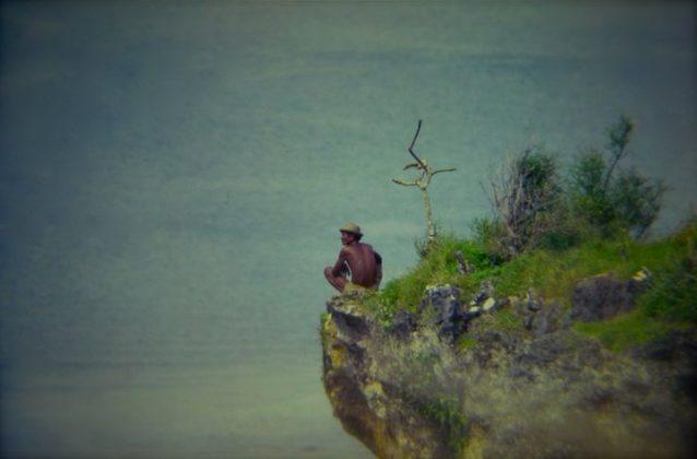 Nativo observando sobre o cliff de Uluwatu, Indonésia. Foto: Gabriel Angi / Surf Van.