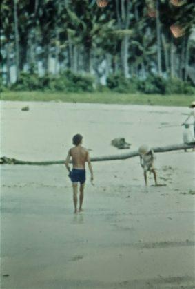 Bruno Alves andando aos arredores de Kuta. Notem o crowd na praia, Indonésia. Foto: Gabriel Angi / Surf Van.