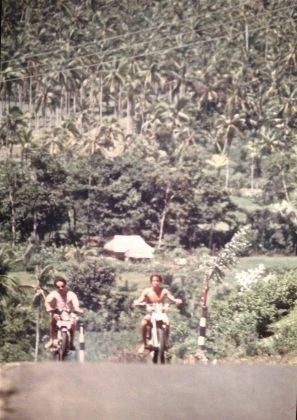 Bruno e Brad a caminho de Uluwatu, Indonésia. Foto: Gabriel Angi / Surf Van.