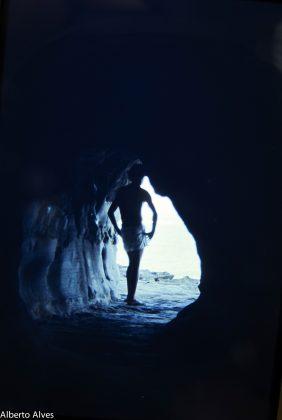 Bruno numa caverna em Queenscliff, Austrália. Foto: Gabriel Angi / Surf Van.